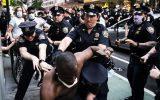 حمله پلیس برزیل به معترضان با گلولههای پلاستیکی