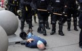 پیرمرد ۷۵ ساله قربانی خشونت پلیس آمریکا، به دادگاه عارض شد+فیلم